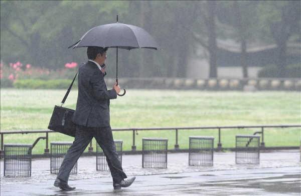 paraguas-clima-hombre-de-negocios
